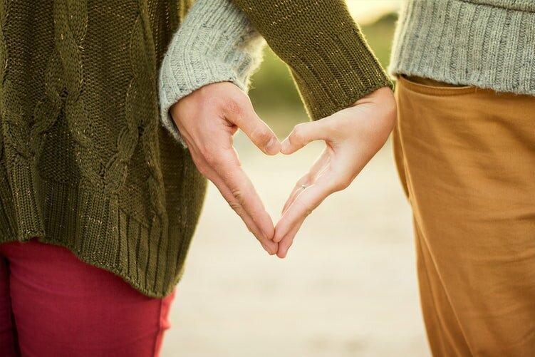 7 подсознательных жестов, которые делает мужчина, если влюблен в вас