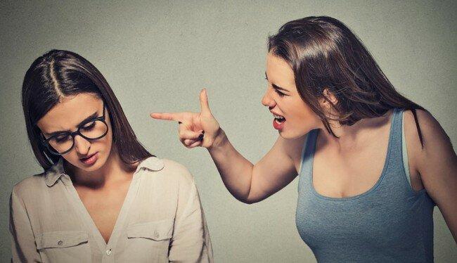 «А платье тебе идёт! И незаметно, что поправилась»: 5 скрытых оскорблений и способы достойно на них ответить