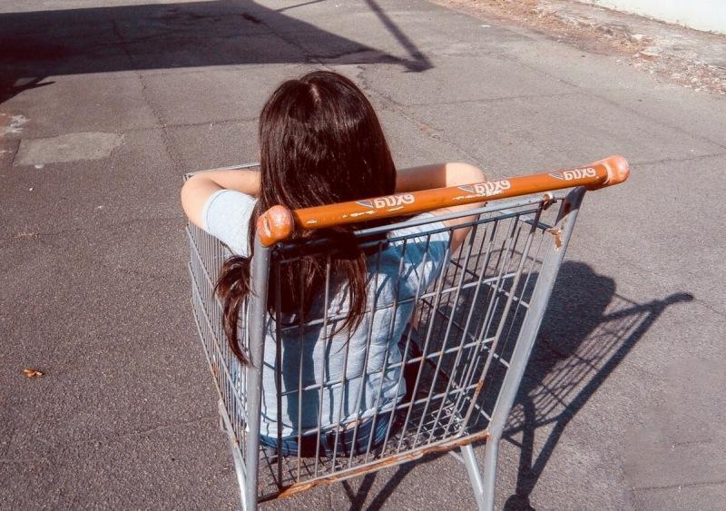 Дети в магазинных тележках. Это норма?