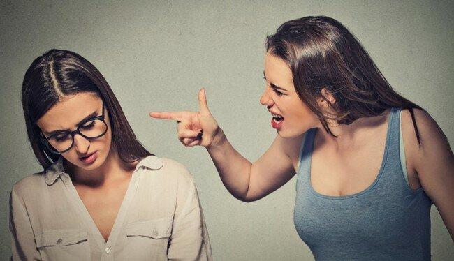 «Как тебе идёт платье! И незаметно, что поправилась»: 5 скрытых оскорблений и способы достойно на них ответить